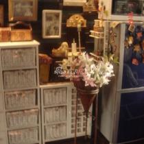 白色的小柜子,和店里的风格很搭