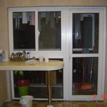 厨房外面是工作阳台