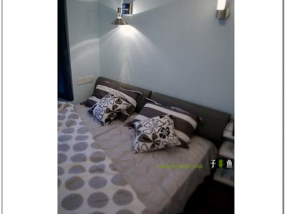 空间有限,一米八的大床只有靠着墙了