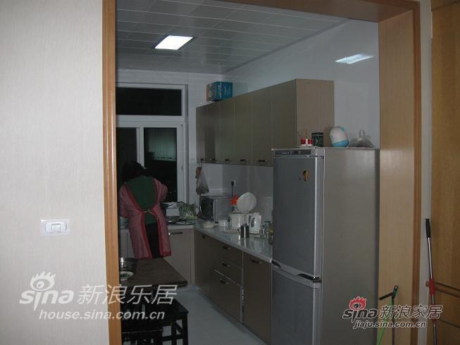 厨房:厨房本来还是比较大的,但老人家们把一张旧桌放在里面就比较小了