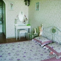 下面随我上楼看看吧。楼上的整体风格比较淡雅,以绿色为主色调。因为卧室应该是个能让人静下心来的地方