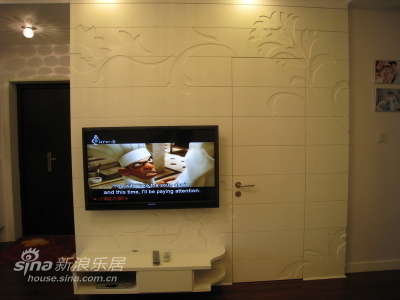 电视机背景墙,纯白色的,但是因为射灯是黄色的关系,图片有些失真了,另外还隐藏了一扇客卫的门,你看见了吗