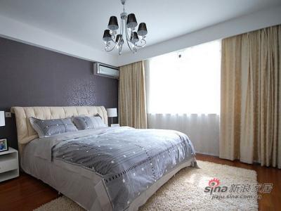 主卧部分,没有繁琐的装饰,支壁纸和顶灯稍稍起到点缀作用,让人完全放松身心。