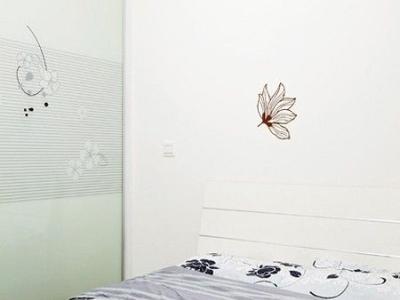 次卧,白色的墙面贴了墙贴,丰厚了全体的空间