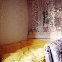 因为空间实在太小了,只好用沙发和餐柜以及纱帘,隔出一个相对明确的休息区。。。。嘻嘻,其实就是一张床。而且是带大储物柜的床