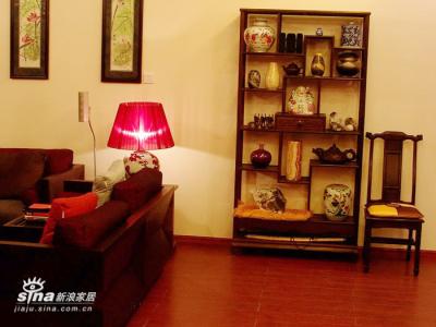 鸡翅木的博古架和黑檀木的椅子,同在一家店子所购。椅子的木材密度非常高,很是沉重。从木质而言,是我这些家具中最高档的木材