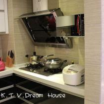 厨房视觉2。L型的厨柜,面积是柜的了,超大的收纳容量才是厨房的王道。现在看起来还是挺整洁的,破为满意的了。