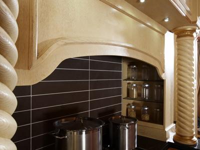 进口橡木门板,纯手工雕刻的罗马柱,复古的纯铜仿旧门把手,新古典主义艺术的奢华精美和高贵大气的欧洲古典文化 完美融合,彰显王者风范。
