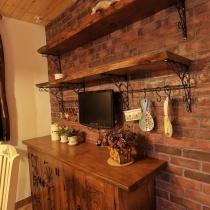 餐边柜,隔板和柜子一起定的,铁艺的支架是婷婷画了图定做的,买冰箱送的小电视正好挂在墙上,将来可以一边看烹饪节目 一边学做菜喽