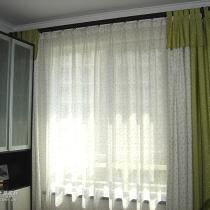 书房的绿色小樱桃窗帘,因为这个窗帘也纠结了很久,怕颜色不协调,可实在是太喜欢啦,最后也就买回来了,没想到挂上后还真好看,而且正好和墙上的那组挂画颜色相呼应呢~~