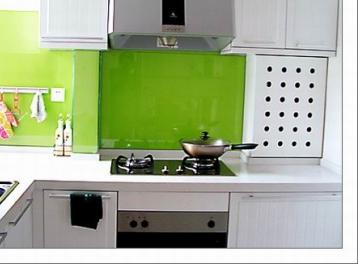 厨房没有用磁砖,用了两种颜色的莎迪涂料,绿色部分再配上钢化玻璃。