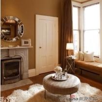 许多家庭的玄关,步入便是一个小型的休息区域,沙发、茶几都不缺,那么这家主人强调的定是舒适感,玄关中央的茶几下铺设一块巨型的皮毛地毯,不用凳子即可席地而坐,不仅是地毯,还是坐毯