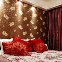 深色的欧式壁纸与红色靠垫以及酒红色窗帘