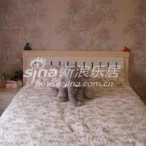 我的床是1.5米的,也是东方百盛的,下面有个巨大的储物空间,床垫是在宜家买的原价2000多呢,搞活动时特价只要半价,超级舒服!床品是岩缝的,出口欧洲的!还有我最爱的象象