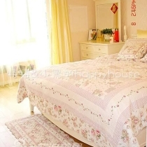 床脚的这块垫子本来是要放在本来是要放在沙发上的,后来发现不够长,就作为床脚柜铺在了地上,后来用起来发现好方便啊~脱掉的衣服和放在床上的那些垫子装饰靠垫都可以丢在上边