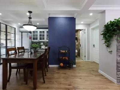由于没有门厅结构,客餐厅留出过道和玄关的空间,用铁艺的餐边架简单点缀蓝色墙面,作为入户的端景。