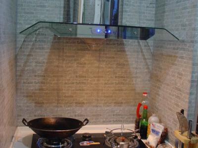现在炒菜的地方,还有一些厨房小配件没有买回来,将就着看吧,呵呵位置还是在相同的地方,可是状态完全不一样了。个人很喜欢墙壁上的灰色青砖仿古砖,为了配合整体自然的风格,墙地砖全是仿古砖
