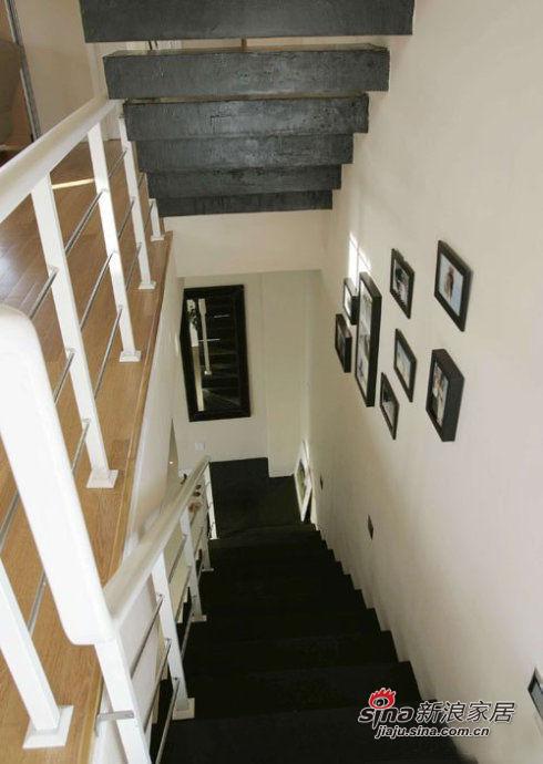 楼梯,及边上的照片墙