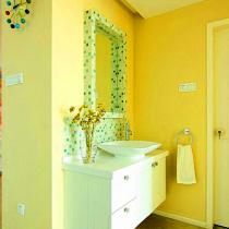 墙上彩色的糖果挂钟(淘宝上可以买到),让空间多了几分时尚感。而在墙上随意设置的小吊环,可以用来挂挂毛巾,收纳效果非常好,很实用。