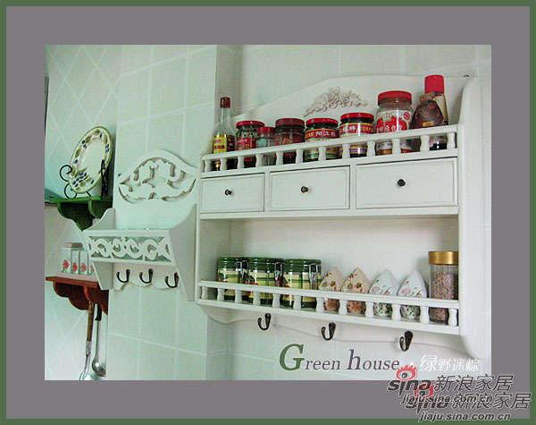 因为厨房空间太小,只有四五平方,为了让空间开阔点,就没有做吊柜,拿了自己店几个壁挂用来放调味品之类的东西!