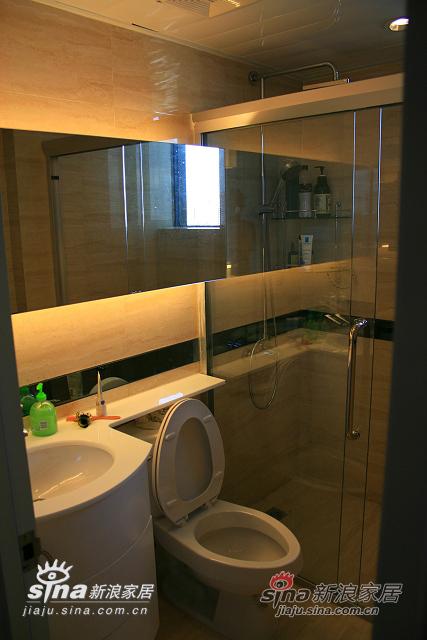 卫生间采用暖色砖和灯光,配以TOTO的卫浴