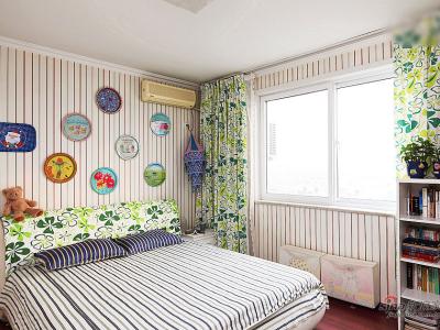 用图案漂亮的盘子打造的装饰墙是整个房间的亮点,用几何的方和圆,打破了条纹的单调,点、线、面的视觉运用,是视觉空间常用的手法。