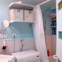 不规则的卫生间给设计也带来了难度,身为设计师的业主在设计前已经考虑到安置的各个物品的尺寸,根据测量的大小合理做了空间的规划,纳入卫生间。为了满足夫人对浴缸的需求,设计师拓展了卫生间用浴缸替换了原有的淋浴房