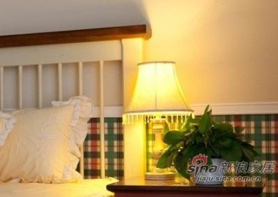 床头柜,台灯和那一抹可爱的绿色植物,为整个卧室空间增添不少的生机。