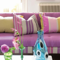 沙发上各种颜色的抱枕,反而添增了美感