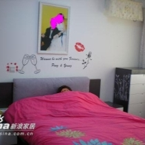 看看贴了墙贴的床头