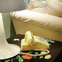 沙发边桌是一个彩绘的柜子~很有特色,蛮有艺术感的~