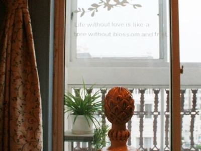 精工细雕的床柱+意境贴画