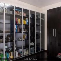 7门大书柜,先在还有很多空缺,在香河就这点好,什么你都可以放开胆子照你家能摆下最大尺寸要,嘿嘿