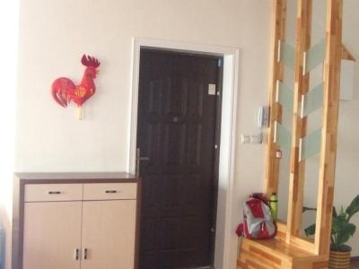 入户门及上空.那个大公鸡是在西安买的,很喜欢,就挂在这里了.