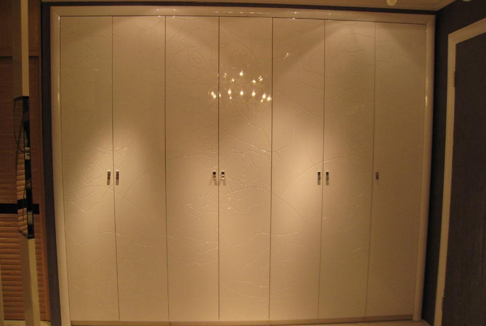 城市爱迪烤漆雕花白亮光衣柜